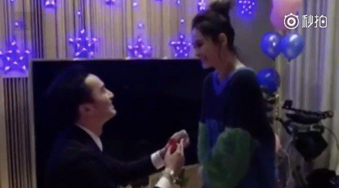 鍾欣潼(右)被求婚影片曝光。圖/摘自星娛樂微博