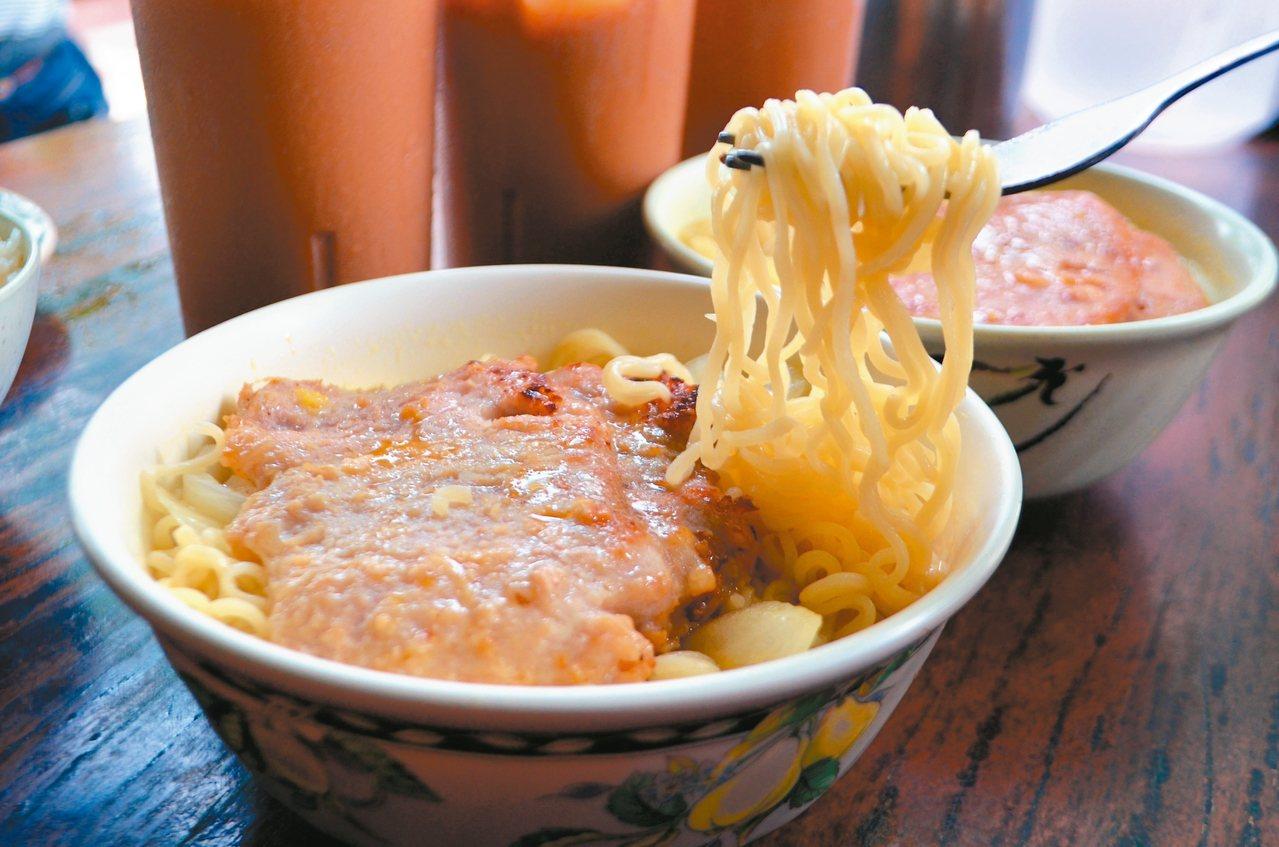 公仔麵加早餐肉美味度令人一口接著一口。 記者魏妤庭/攝影