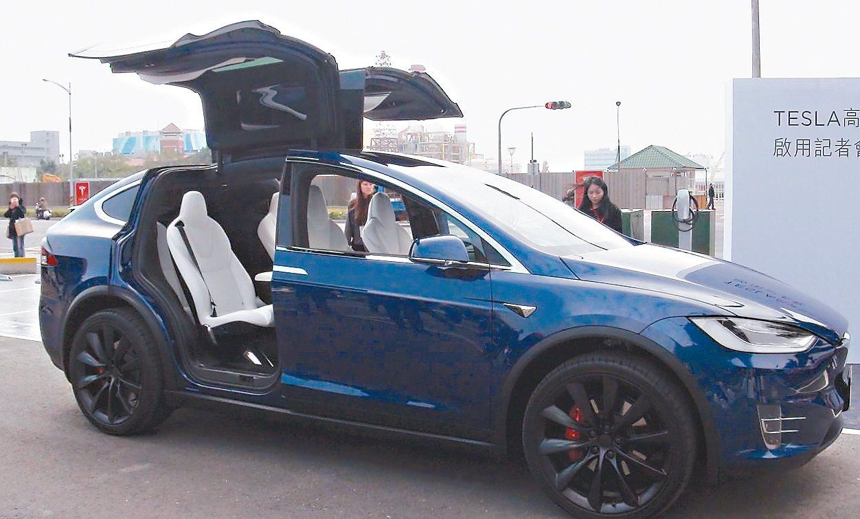 美商TESLA發展電動汽車,不但使用綠色能源,車型設計也吸睛。 記者楊濡嘉/攝影