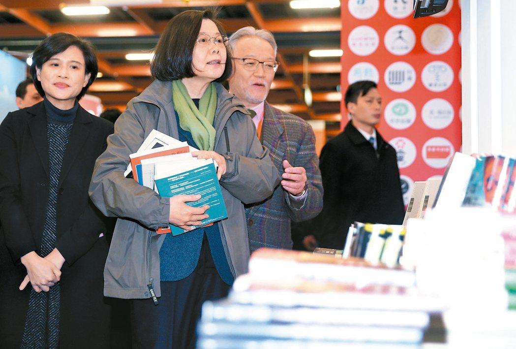 二○一八台北國際書展開幕,蔡英文總統(左二)出席,採購多本書籍。 記者陳正興/攝...