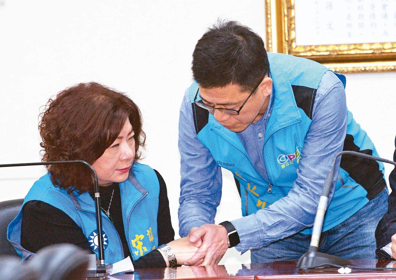 國民黨昨宣布宋瑋莉(左)退選,由謝立功(右)代表參選基隆市長。謝立功與宋瑋莉握手...