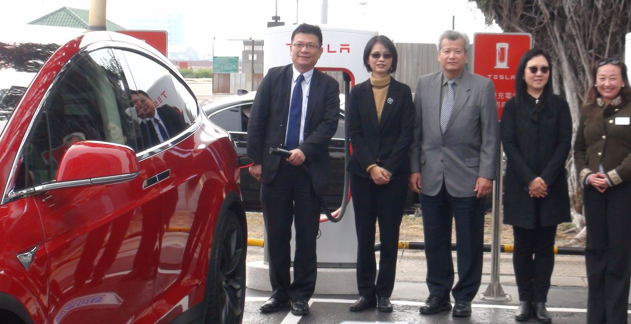 TESLA電動汽車國內最大充電站設在高雄市中鋼大樓戶外停車場啟用,充電免費,但只...