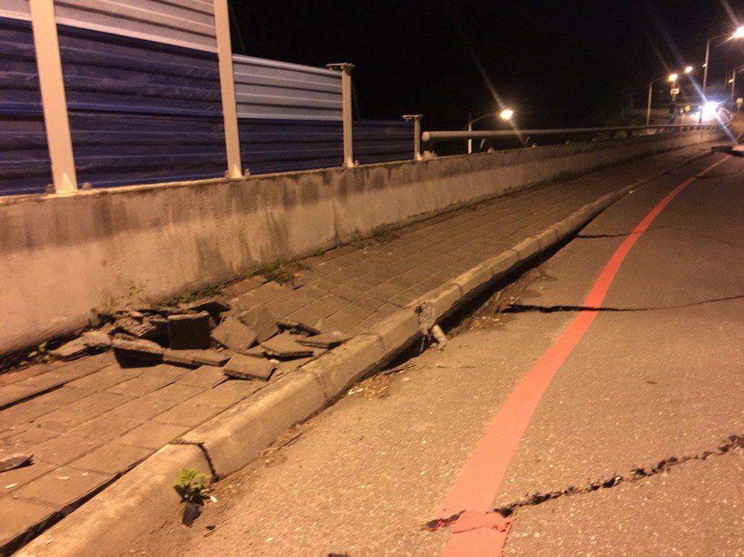 七星大橋橋面斷裂。 圖/讀者提供