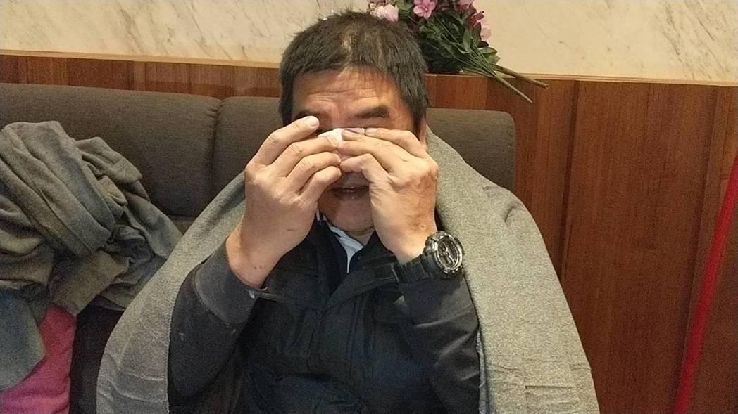 統帥飯店員工陳明輝獲救後激動地流淚,拿衛生紙擦淚。 記者王燕華/攝影