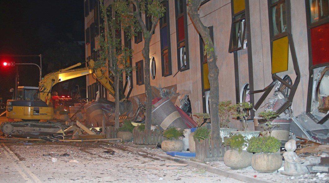 花蓮地震,市中心統帥飯店發生倒塌傾斜,強震將大樓的一、二樓壓到地平面下,怪手忙著...