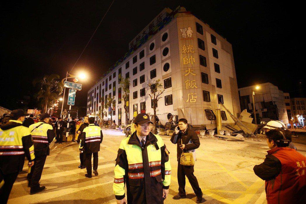 花蓮市發生6級淺層地震,市中心統帥飯店發生倒塌傾斜,強震將大樓的一、二樓壓到地平...