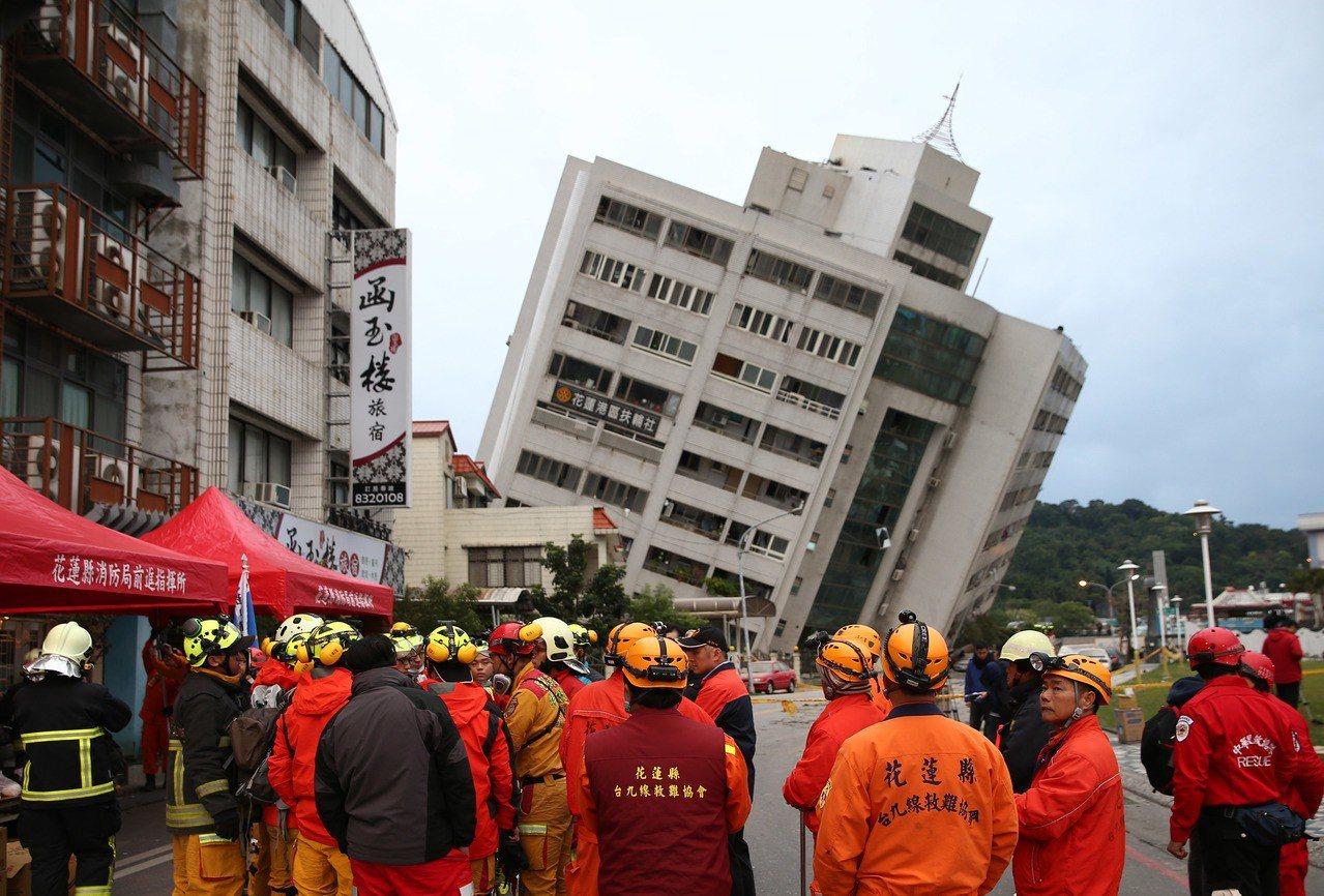 0206花蓮強震,花蓮市商校街的雲翠大樓嚴重傾斜,隨時有倒塌可能,目前警消仍在搶...