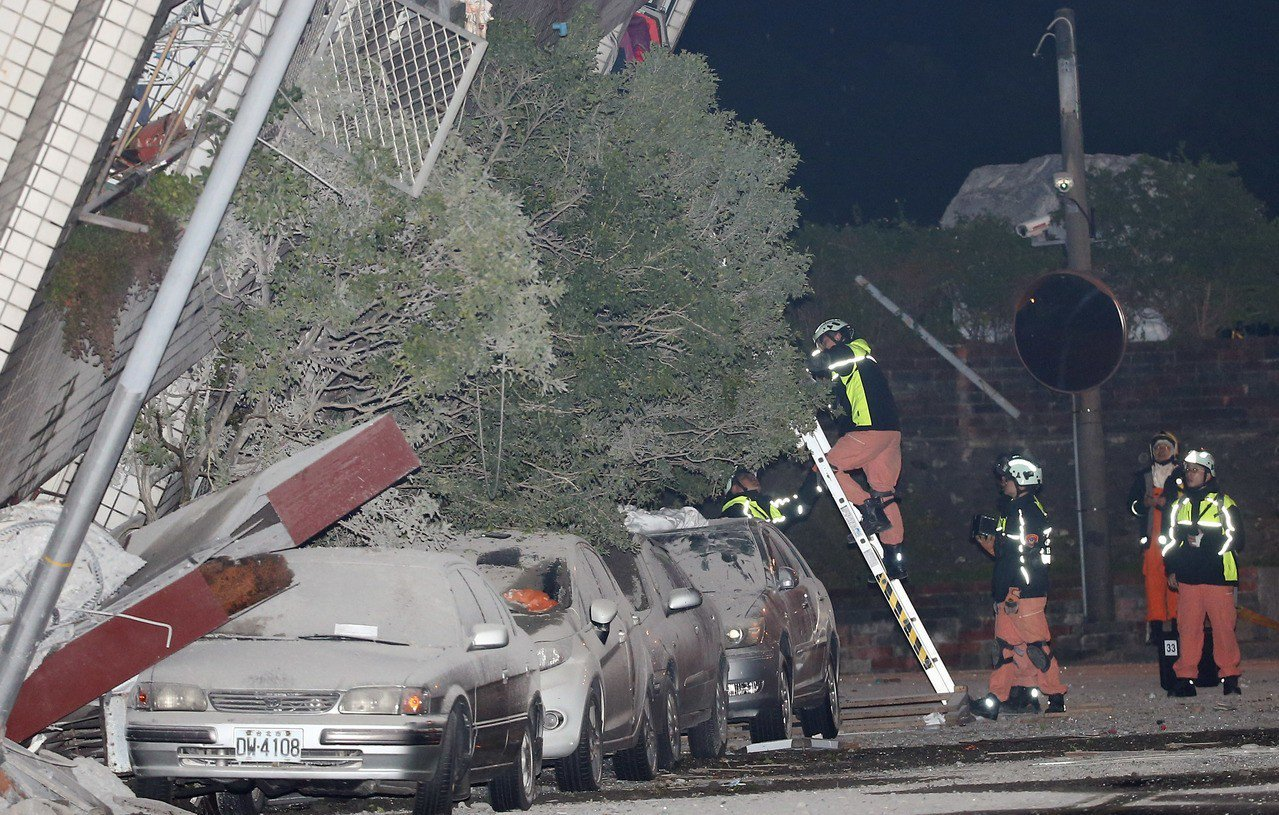 0206花蓮強震,市中心商校街2號的雲翠大樓嚴重傾斜,除已知有2人死亡,消防局回...