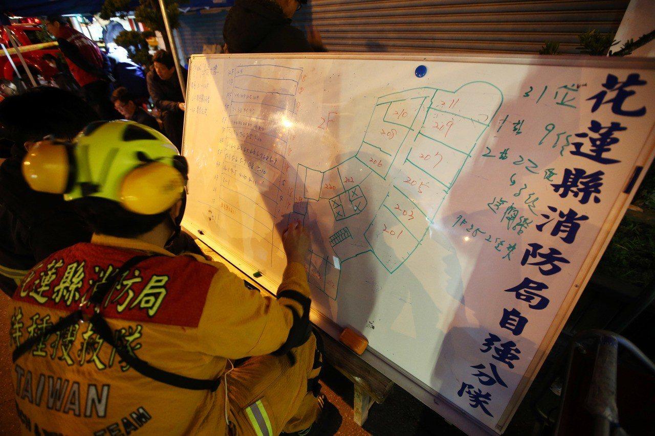 花蓮雲翠大樓嚴重傾斜,除已知有2人死亡,消防局回報可能有超過20位民眾受困,但人...