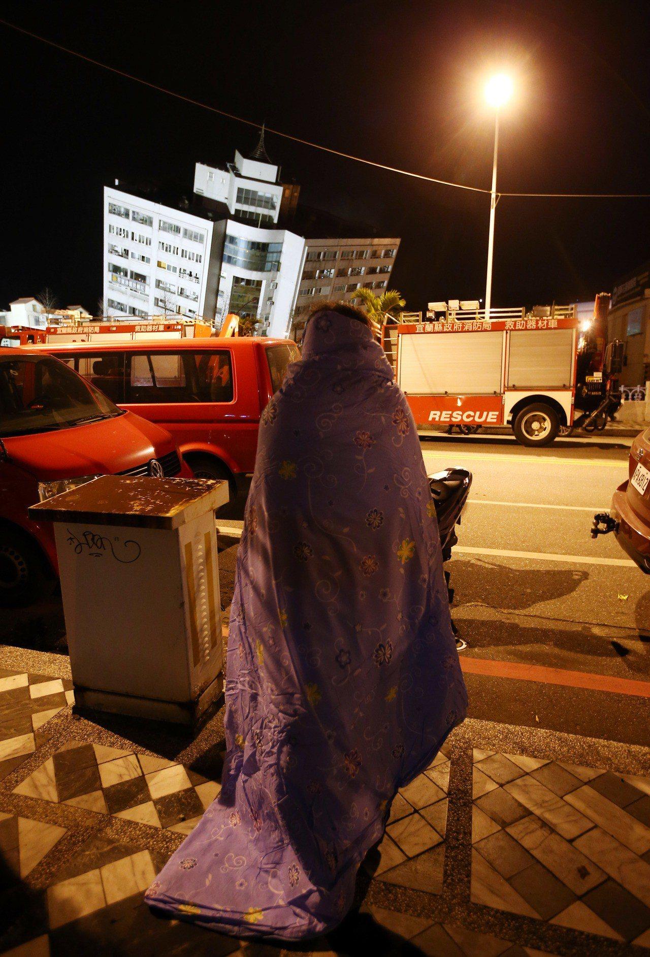 0206花蓮強震,市中心商校街2號的雲翠大樓嚴重傾斜,住在六樓的陳姓獨居戶在慌亂...