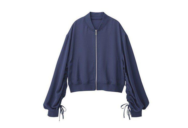 女裝設計袖外套(紫)990元。