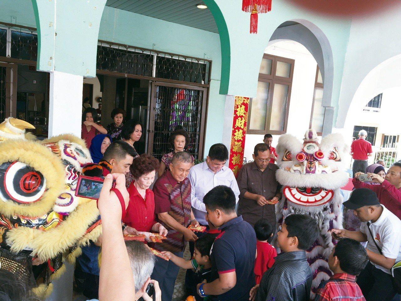 家人在春節期間分送紅包給小朋友,也請舞獅團採青賀歲。