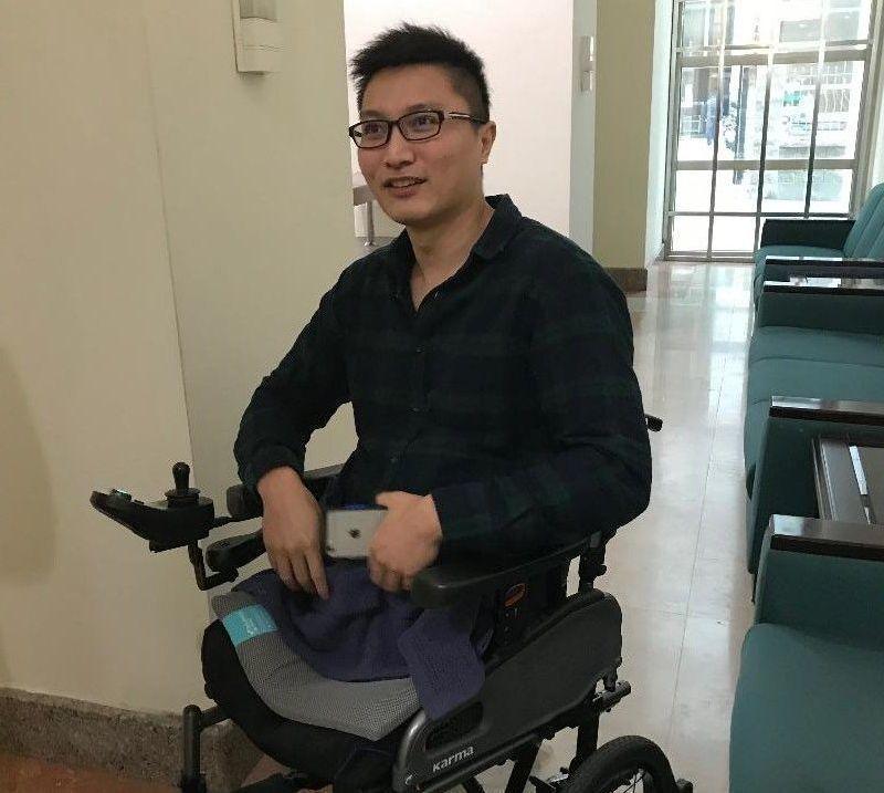 失去雙腿的維冠災民洪家益,鼓勵受困者與家屬堅持下去。 記者鄭維真/攝影