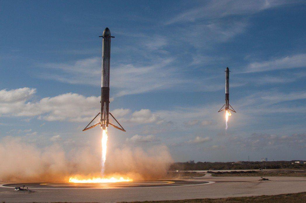 獵鷹重型火箭升空後,兩節推動火箭成功返回,降落在甘迺迪太空中心。 路透
