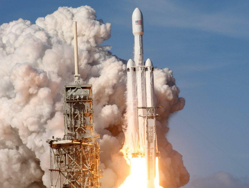 太空探索科技公司的獵鷹重型火箭六日在佛州發射升空。 路透