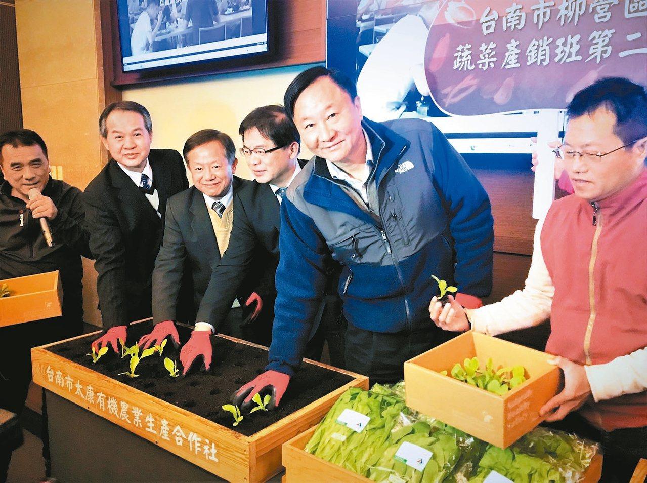 群創榮譽董事長段行建(右二)出席群創推動友善經濟活動,支持台南在地有機農業。 記...