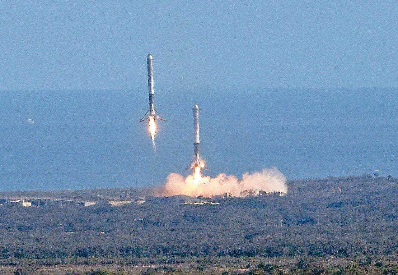 為火箭兩側推進器順利降落回收。 美聯社