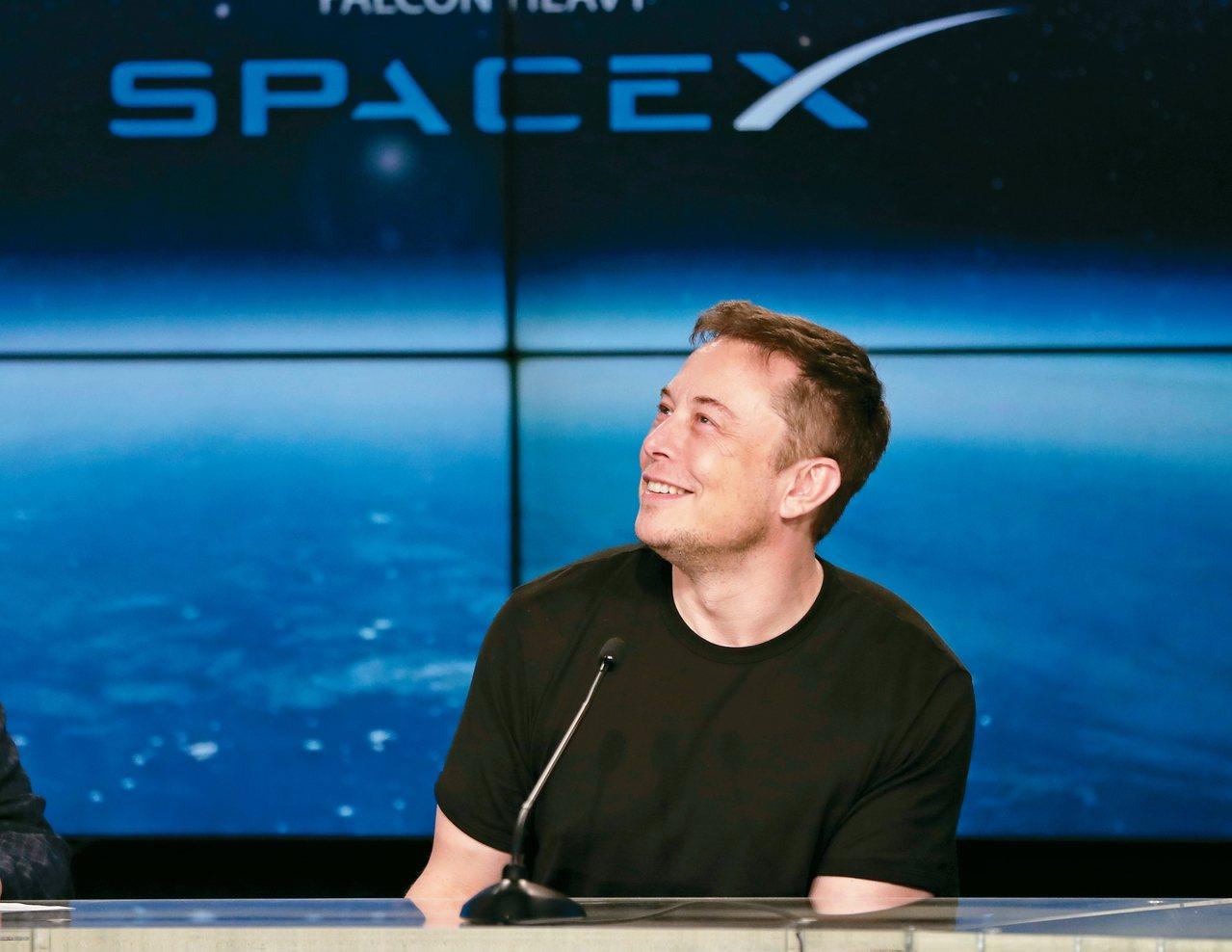 Space X獵鷹重型火箭發射成功,老闆馬斯克神情愉快。 美聯社