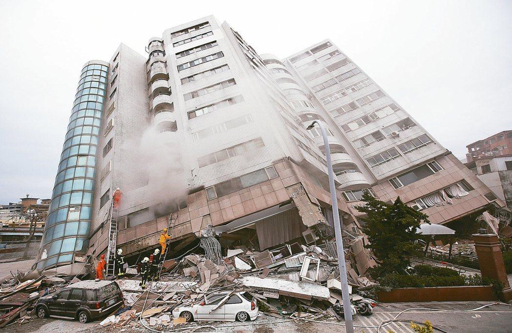 0206花蓮強震,花蓮市中心商校街2號的雲門翠堤大樓嚴重傾斜,雲門翠堤大樓右側為美崙溪。 圖/聯合報系資料照