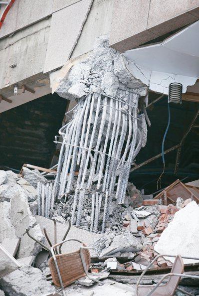 雲門翠堤大樓嚴重傾斜,大樓主梁鋼筋斷裂,令人怵目驚心。 記者杜建重/攝影