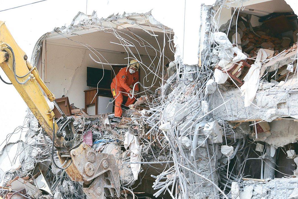 0206花蓮強震造成統帥大飯店塌陷,搜救人員徹夜搶救失聯民眾。 圖/聯合報系資料照