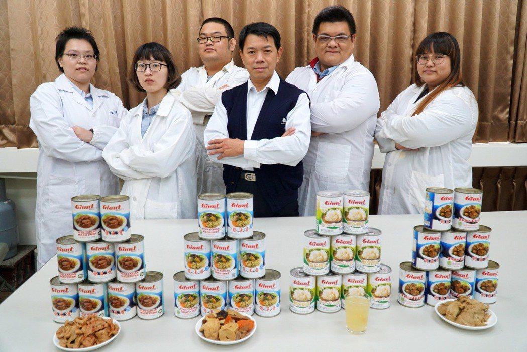 大葉大學藥保系李柏憲老師(右二)與建新食品副廠長張財隆(中)合作,開發讓銀髮族可...