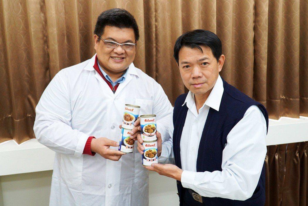 大葉大學藥保系李柏憲老師(左)輔導廠商建新食品副廠長張財隆(右)開發新產品。 大...