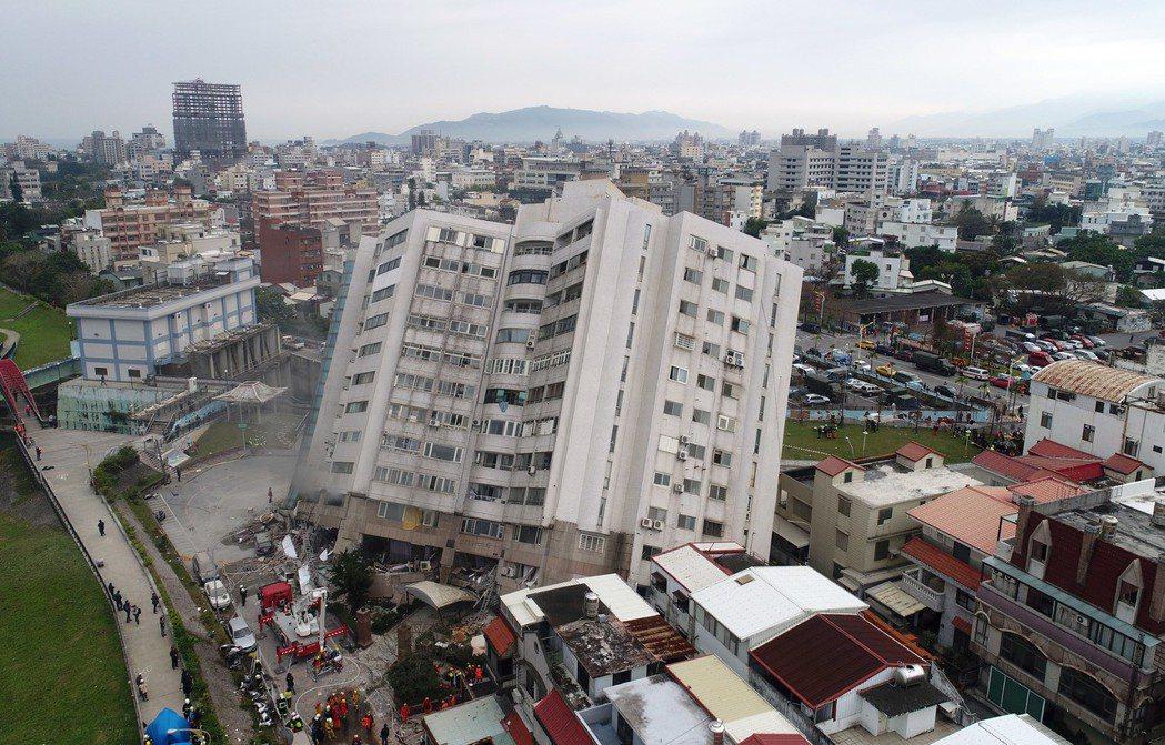 0206花蓮強震,市中心商校街2號的雲門翠堤大樓嚴重傾斜,除已知有2人死亡,大樓...