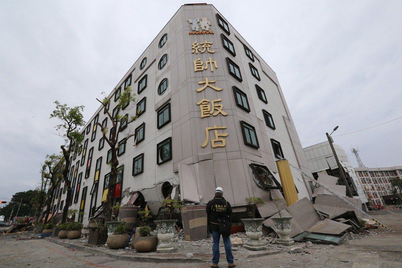0206花蓮強震造成統帥大飯店塌陷,周邊道路也可看到處處隆起。記者陳柏亨/攝影
