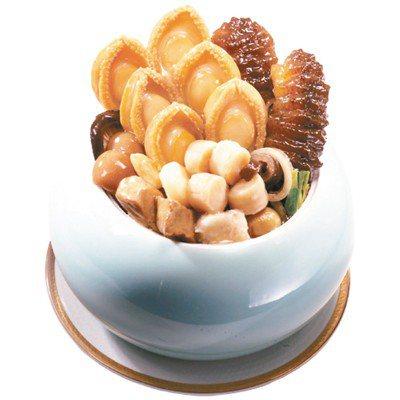 鮑魚參貝佛跳牆向來是超商年菜最受歡迎的湯品之一。圖/萊爾富提供