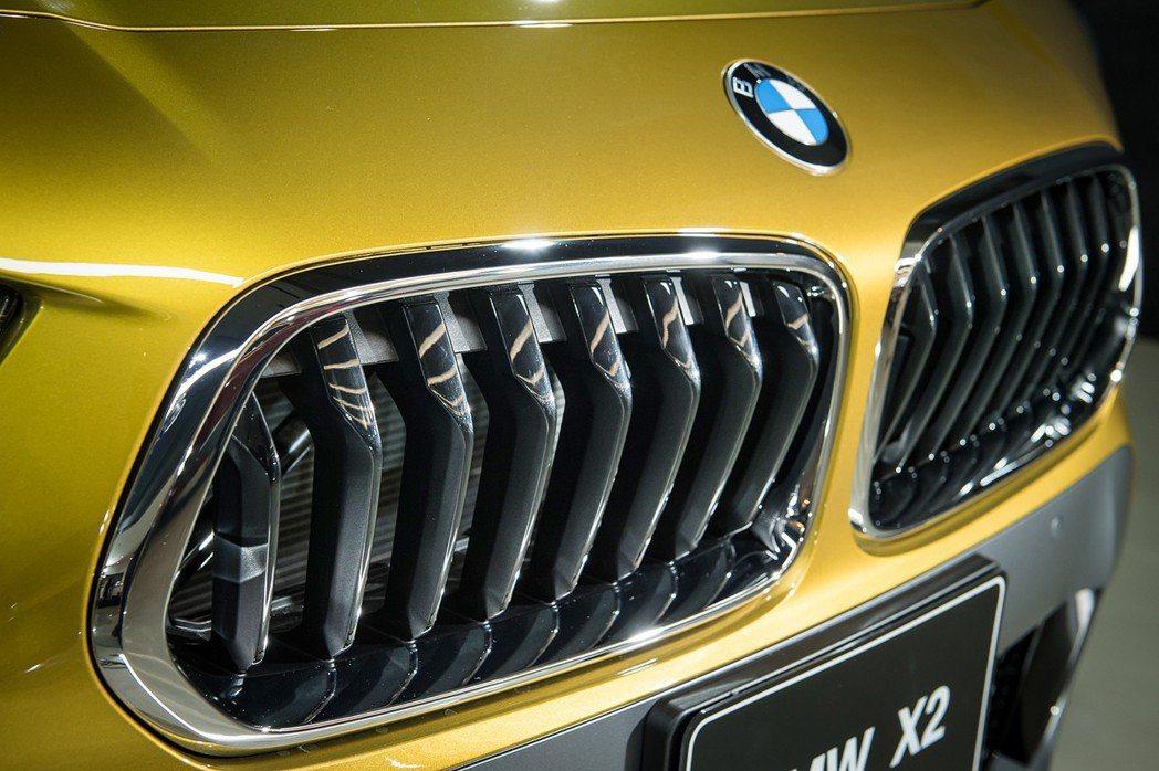 全新首創BMW X2向傳奇歌手貓王其經典坐駕BMW 507致敬,配備梯型雙腎形水箱護罩。 圖/汎德提供
