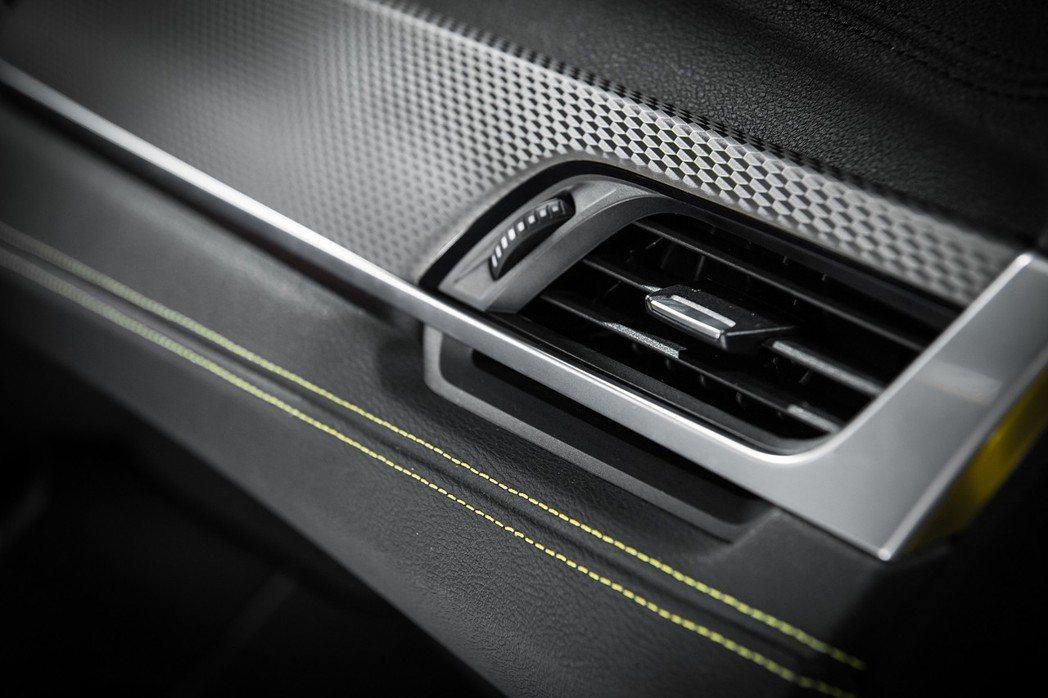 全新碳黑鋁質格紋飾板以低調的金屬質感為座艙定調。 圖/汎德提供