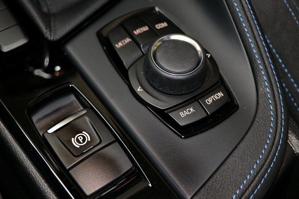 電子手煞車及iDrive系統控制旋鈕。 記者陳威任/攝影