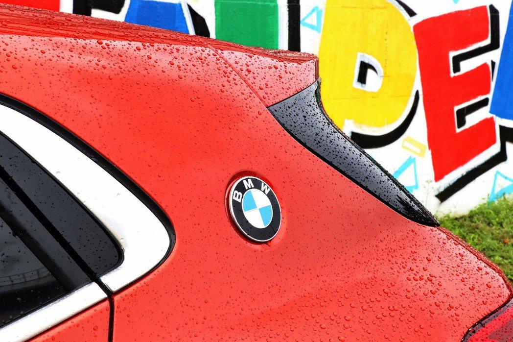 全新BMW X2於兩側C柱上可見首次於BMW X家族中出現的原廠徽飾,象徵傳承自經典傳奇BMW 3.0 CSL Coupe的賽道跑格血統。 記者陳威任/攝影