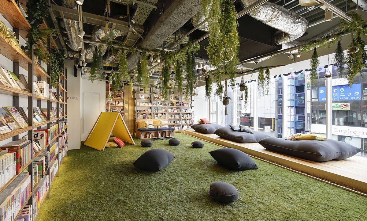 5樓空間強調著「自然與露營」生活,所以放上了大片草皮讓顧客「玩耍」。