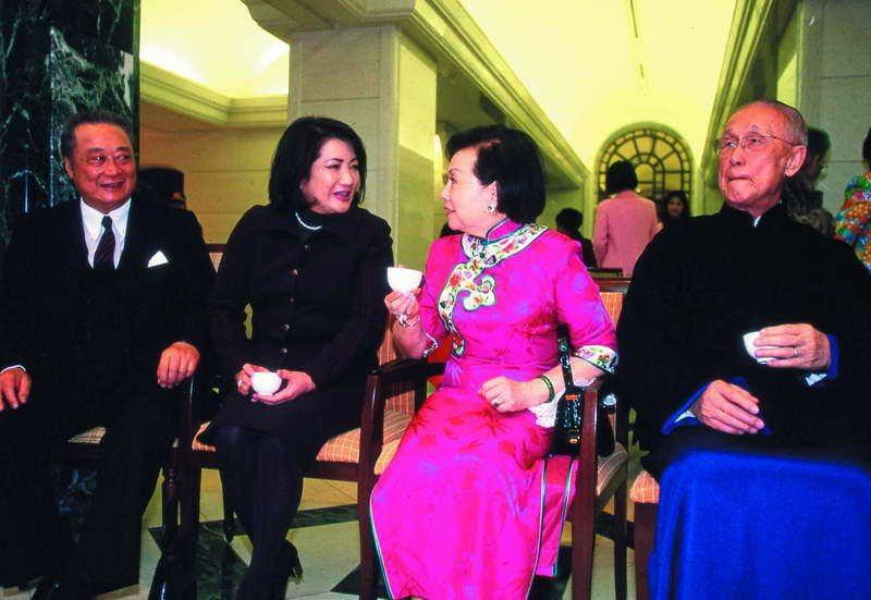 辜振甫(右一)和他的姪子辜濂松(左一)後徹底分家,分掌產業和金融。 本刊資料