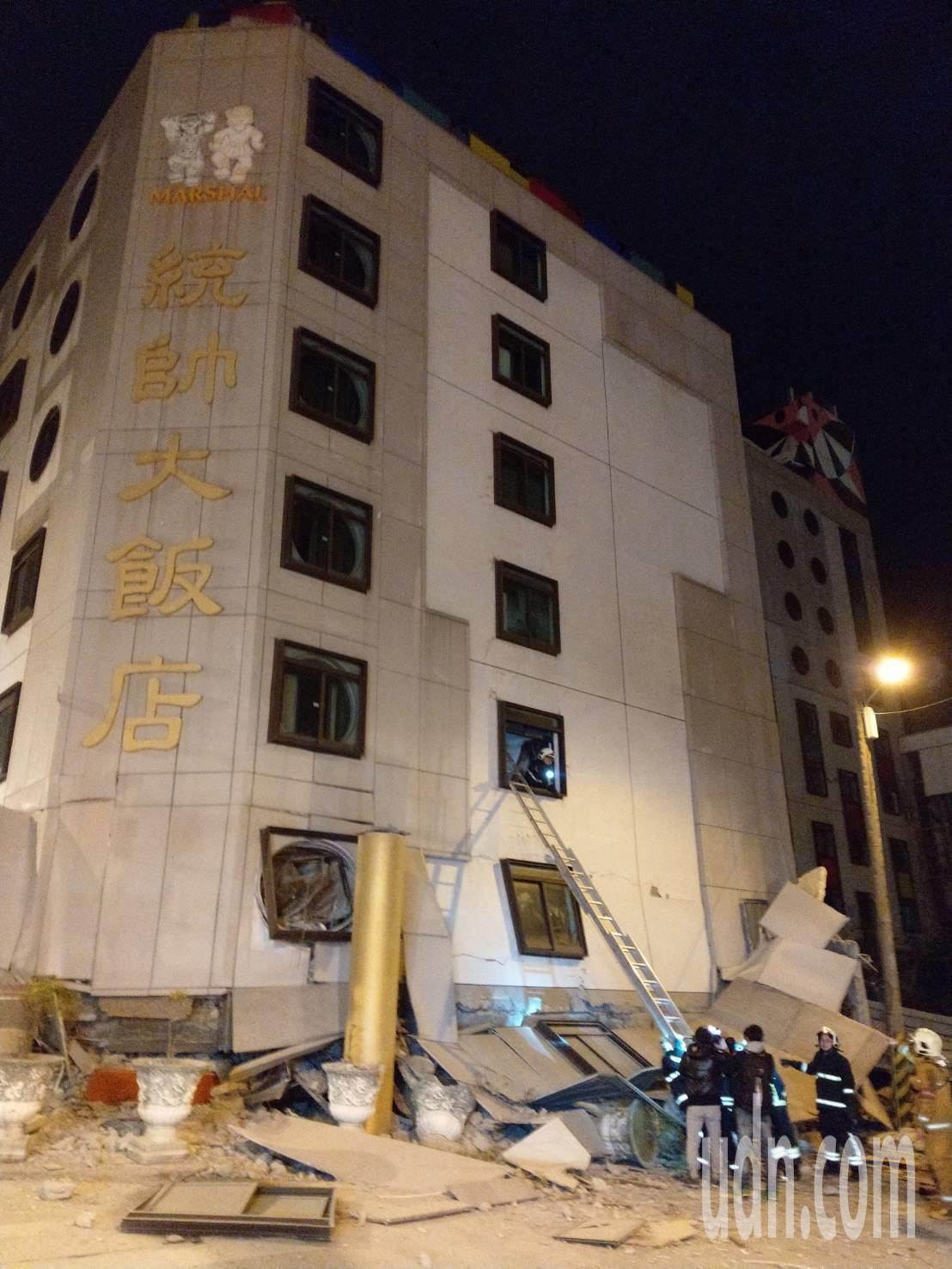 花蓮6日11點50分發生規模6有感地震,花蓮統帥飯店一樓倒塌,消防人員架梯搶救。...