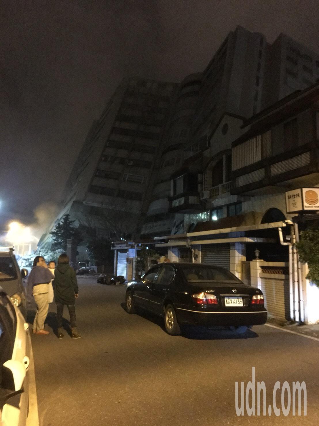 花蓮6日11點50分發生規模6有感地震,花蓮市區大樓倒塌。圖/網友提供