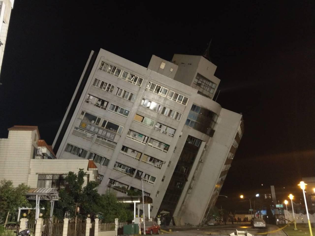 雲門翠堤大樓因傾斜太嚴重,搜救人員暫時撤,則將設法支撐。記者王燕華/攝影