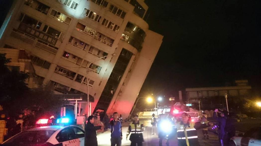 花蓮芮氏規模6.0強震造成嚴重災情,市區經過消防署確認的目前有花蓮統帥飯店等五大...