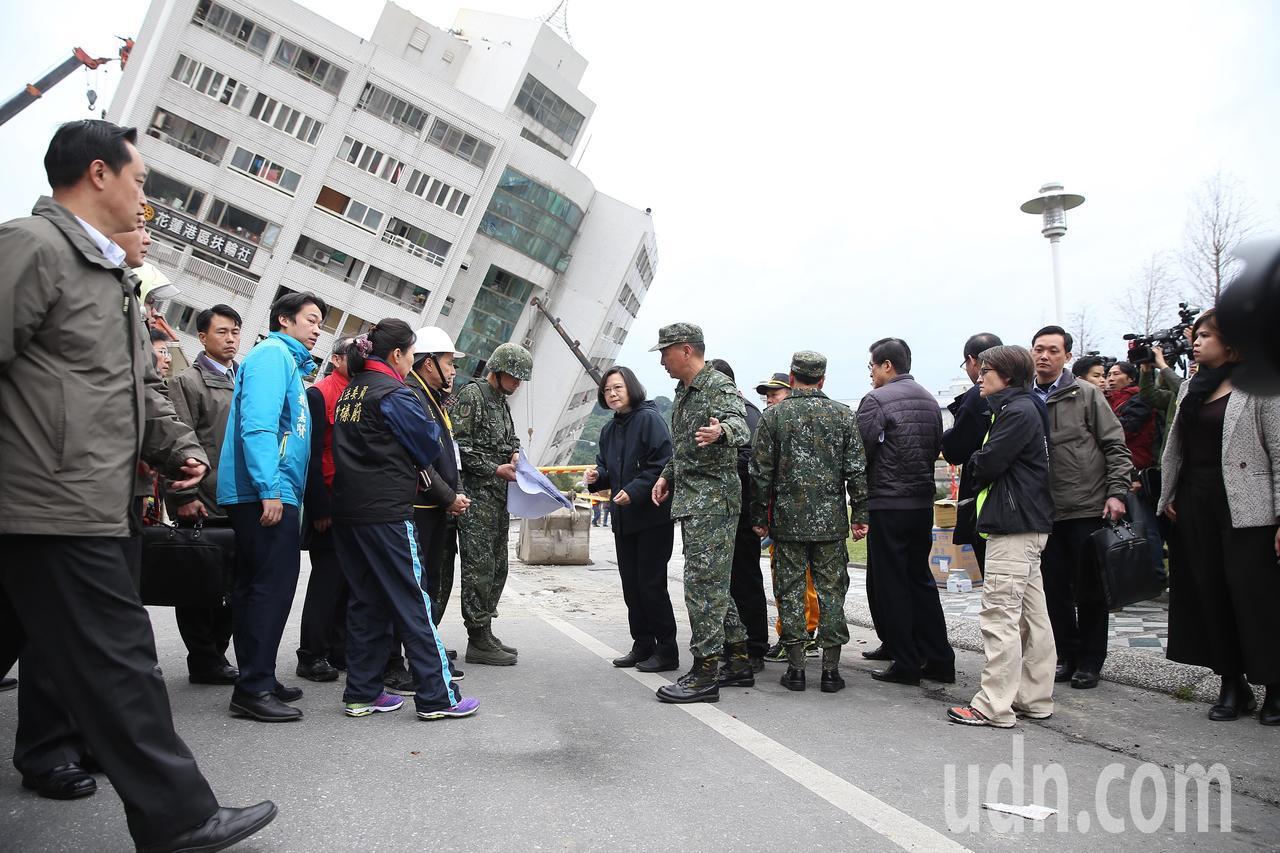0206花蓮強震,蔡英文總統(右四)前往雲門翠堤大樓勘災。記者高彬原/攝影