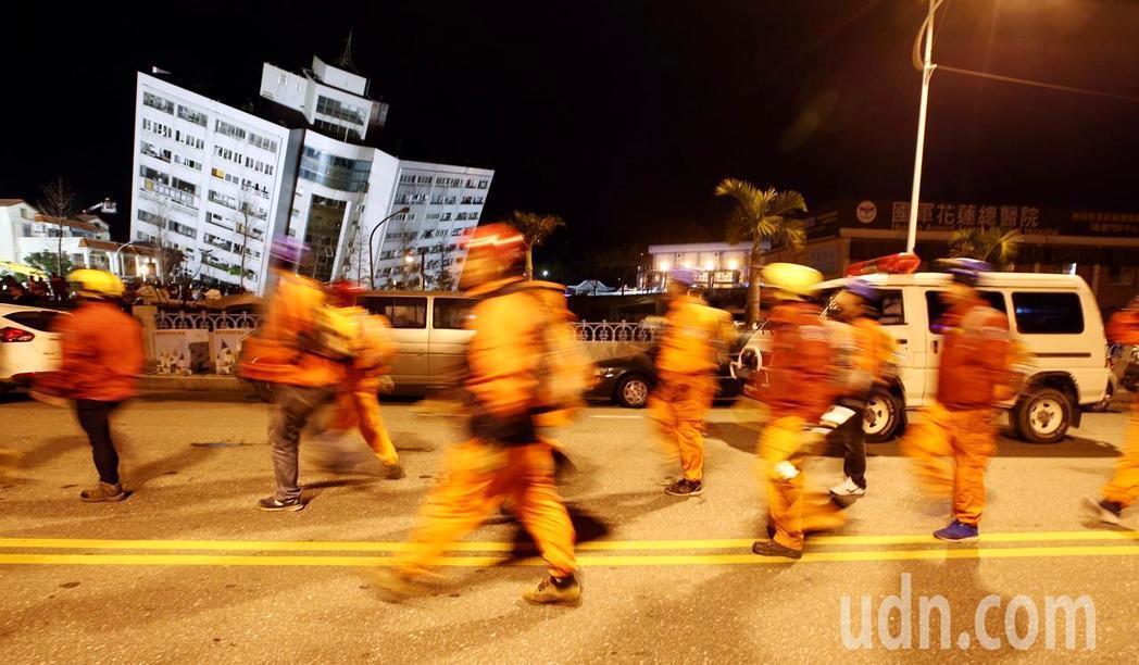 花蓮強震,商校街2號的雲翠大樓嚴重傾斜,救難人員火速趕抵現場。記者杜建重/攝影