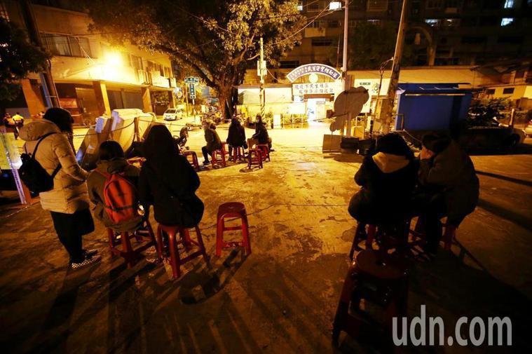 花蓮地震,許多居民不敢待在家裡,紛紛坐在戶外空地,在黑暗中等待黎明。記者杜建重/...