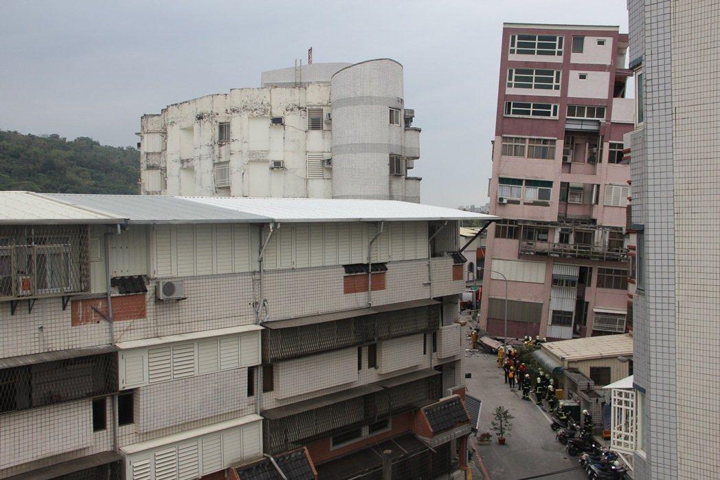 花蓮市國盛六街倒塌大樓(紅色建築物)明顯傾斜,除一樓幾乎壓扁,高樓層也有樑柱嚴重...