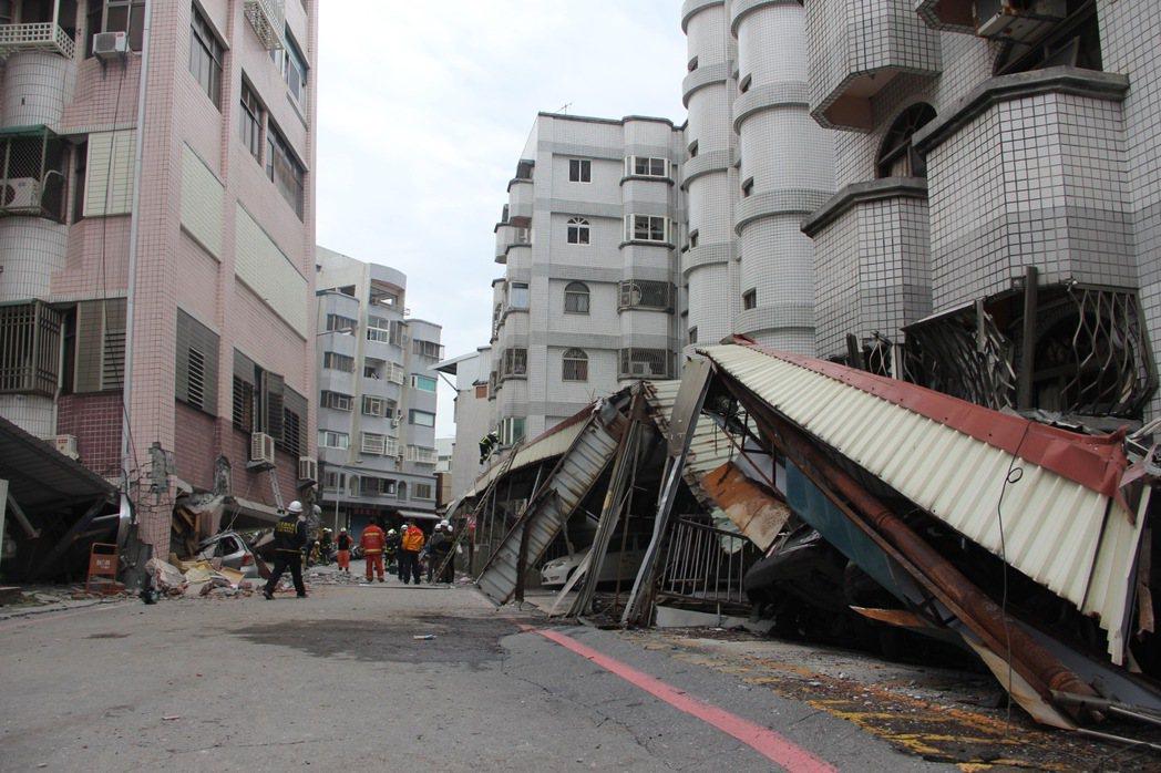 花蓮市國盛六街倒塌大樓明顯傾斜,除一樓幾乎壓扁,高樓層也有樑柱嚴重龜裂,搖搖欲墜...