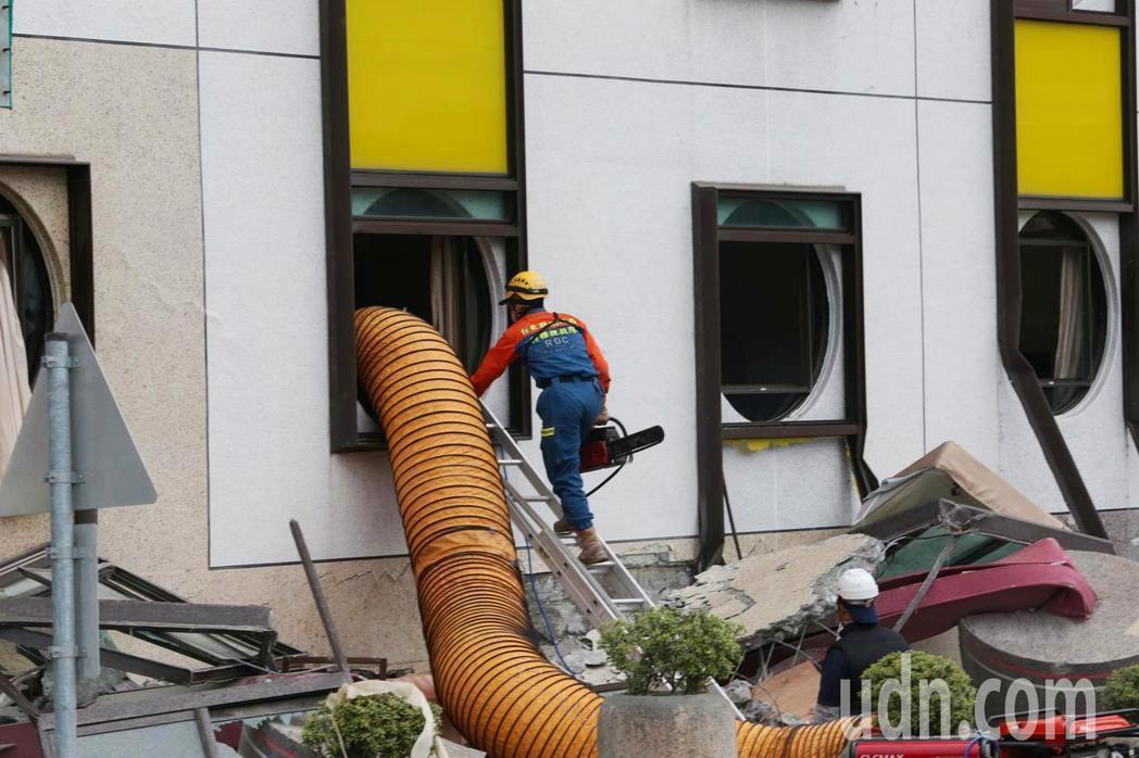 0206花蓮強震造成統帥大飯店塌陷,搜救人員全力營救。記者陳柏亨/攝影