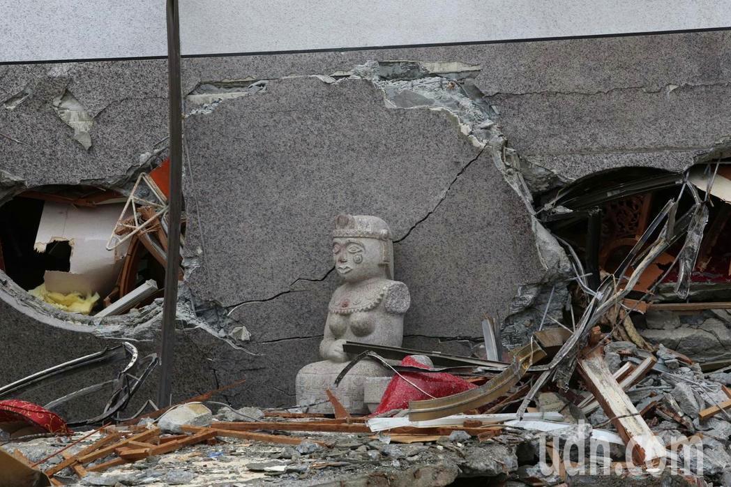 0206花蓮強震造成統帥大飯店塌陷。記者陳柏亨/攝影