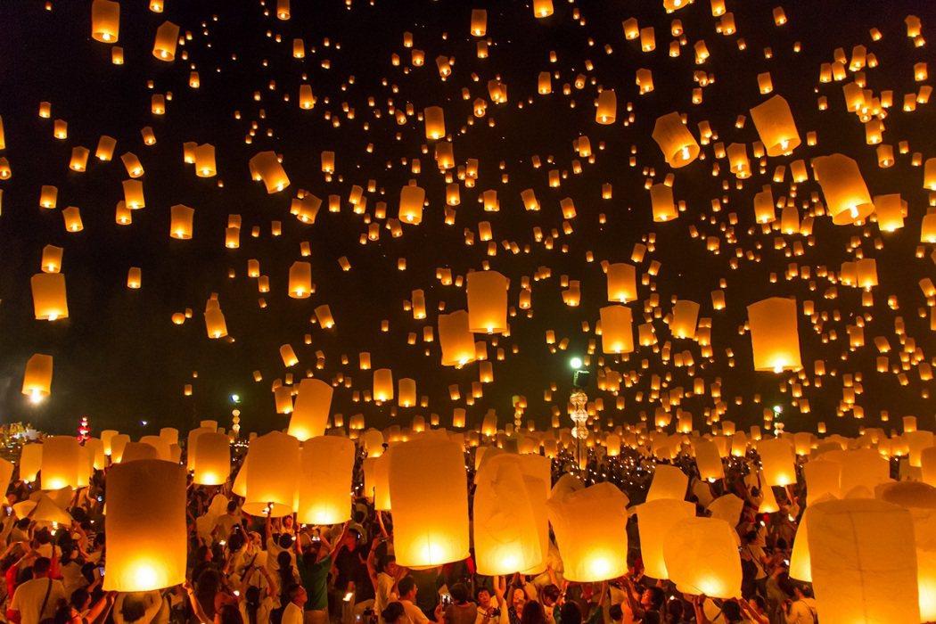 萬盞天燈齊放超浪漫!清邁水燈節見證戀人永恆誓言。 圖/KAYAK提供