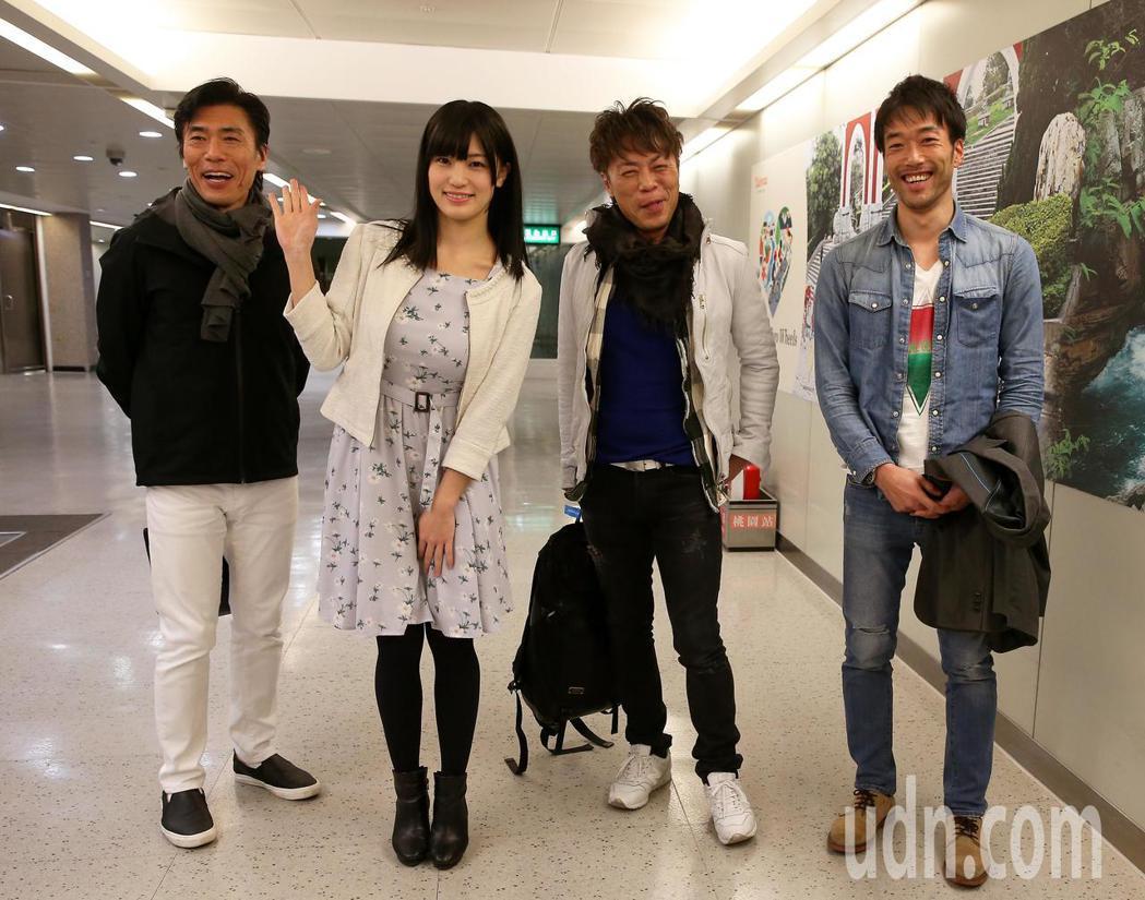 日本AV女優高橋聖子(左二)7日中午與3位男優一起抵台,將參加粉絲攝影會,同時為...