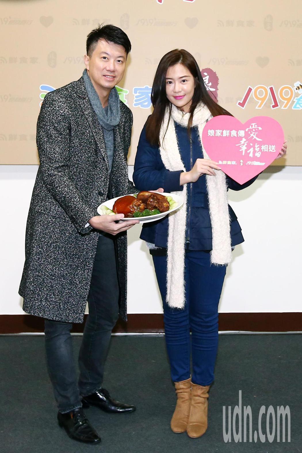 即將結婚的藝人吳皓昇(左)和文汶出席公益活動,邀請大家一起做愛心。記者王騰毅/攝...